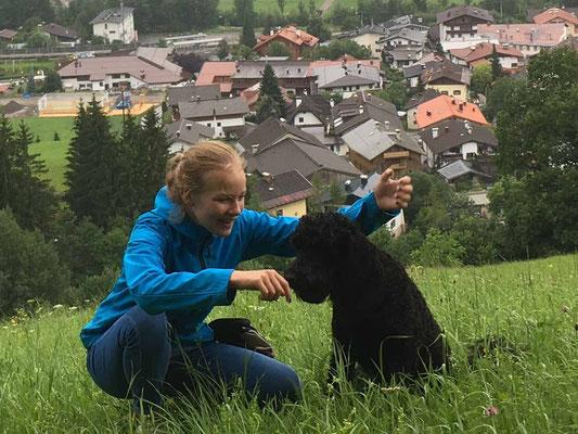 Lilli mit ihrer Hundeführerin Lotta....... Lotta arbeitet intensiv mit Lilli, sie kann mega stolz auf Lillis Ausbildungsstand sein