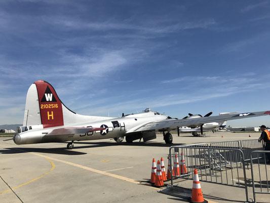 こちらは、ロングビーチ空港で偶然見つけましたB17。勿論フライアブル!飛んでいました。