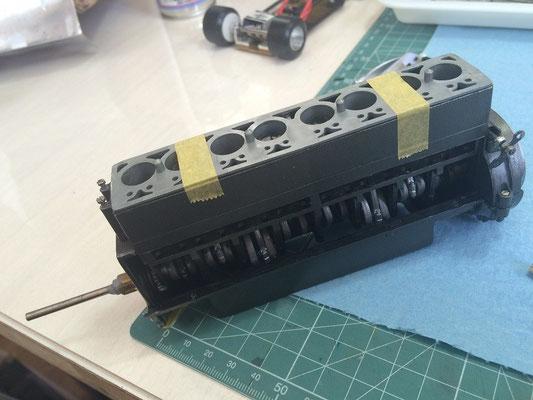 まずエンジンの仮組です。ペイントしにくい部品はあらかじめペイントを済ませています。