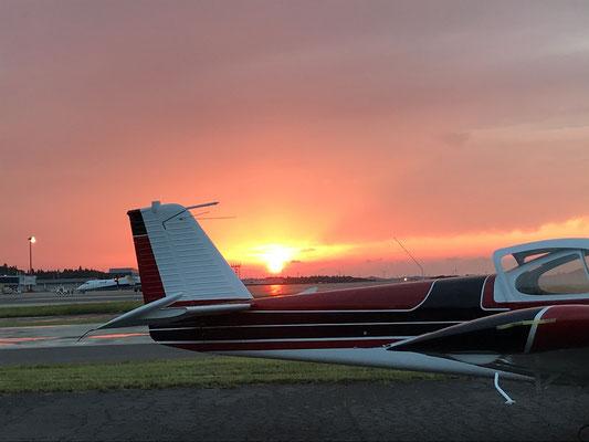 秋田空港の夕日です。