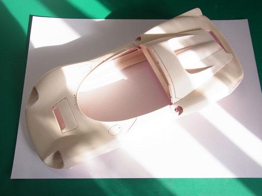 まずはペイントリムーブ。ボディ形状にメリハリがなくDino独特のシャープなフェンダーエッジが表現できていません。
