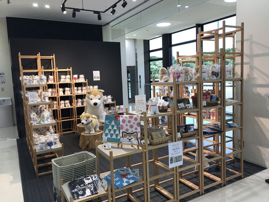 秋田空港内の秋田犬グッズ売店