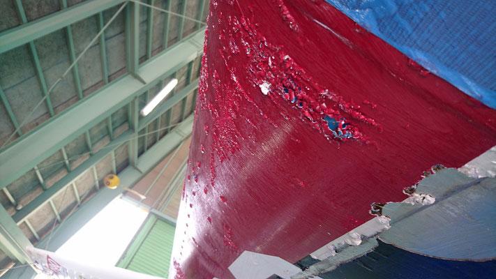 いよいよ古い塗装面の剥離開始!ペイントリムーバーという液剤を使い根気よく旧塗装をはがします。飛行機の塗装ってほとんどが上塗りを繰り返しているので経年でモッタリした塗面になってしまいます。