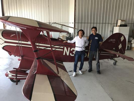 同じく、レッドランドに立ち寄り、私の所属している会社の会長の所有機の前で、この機体を管理していただいているメカニックの西村さんと記念撮影。氏は、現在日本でも人気のエアレース、チームハミルトンのチーフメカニックです。