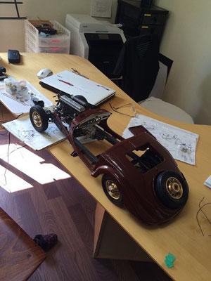 ペイント前のボディーを乗せています。ボディーカラーがベージュなので完成後はもう少し大きくでしょうし、エンジンの暗めの色がはっきりしたコントラストになるはずです。