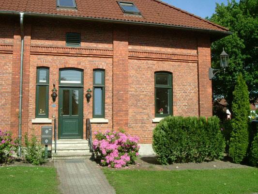 Gutsverwaltung - Eingang - mit kleiner Terrasse