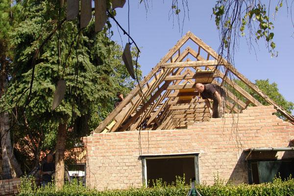 12.09.2015: Das Dach ist abgedeckt und die Dachwände abgetragen.