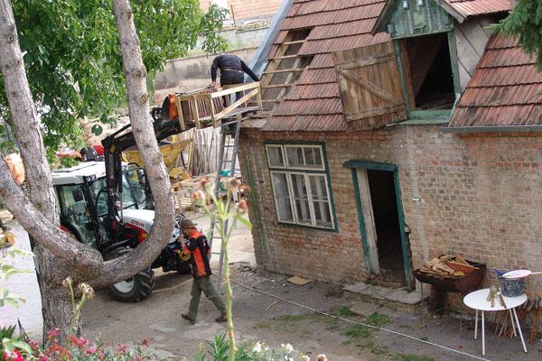 07.09.2015: Der rechte Teil vom Gesindehaus wird nun abgerissen.