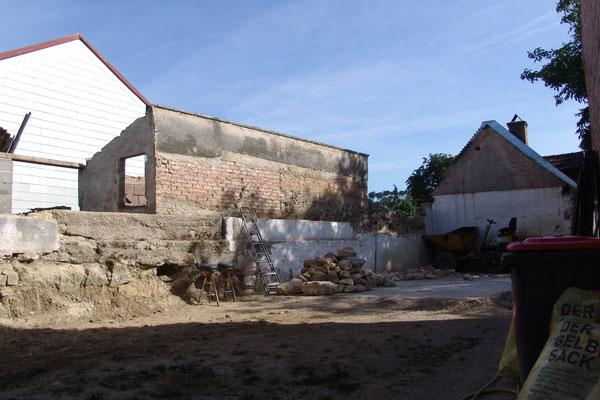 31.07.2015: Die Außenmauern sind dick, aus Steinem vom Lindabrunner Steinbruch und können nur mit einer Hlti entfernt werden.