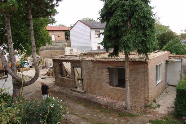 18.09.2015: Jetzt stehen nur noch die Grundmauern vom halben Gesindehaus.