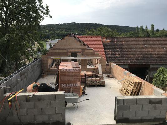 Weitere Schritte für Erdkellerveranda und Stützmauern für den Dachboden.