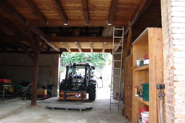 Alles wird im Stall verstaut - der Traktor hebt die Sachen in den Dachboden.