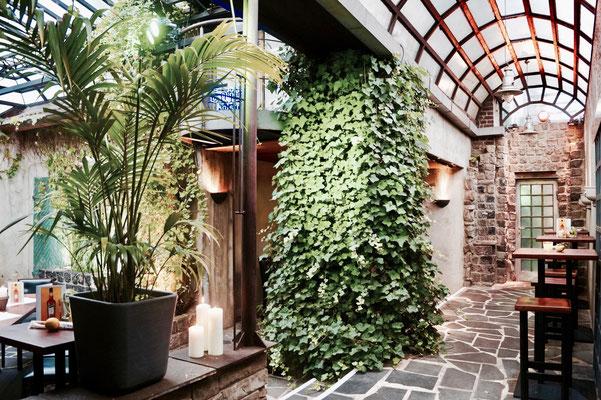 Das angrenzende Atrium mit mediterranem Flair.