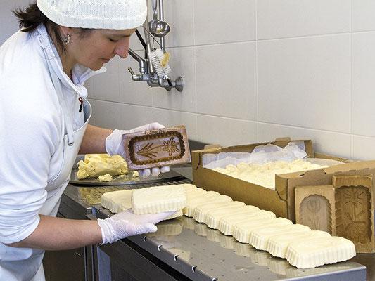 Elisabeth bei der Butterherstellung