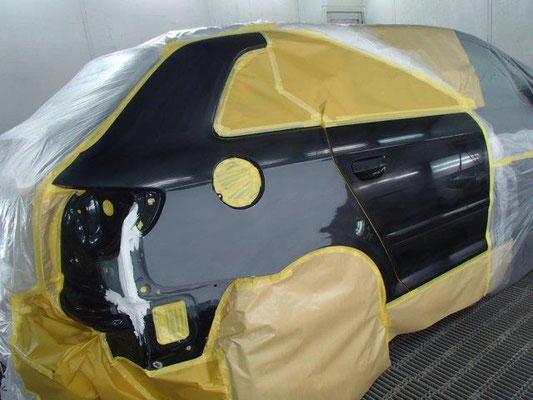 アウディA4 塗装ブース内での作業中画像