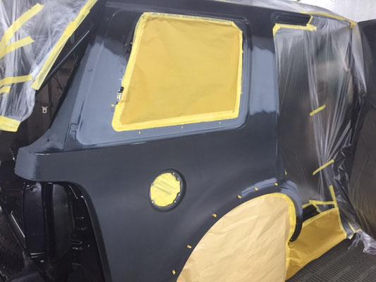 フォードエクスプローラー 塗装ブース内での作業画像