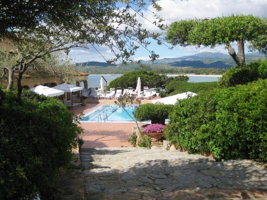 Wir genießen den Ausblick auf das ganz ansehnliche Außenschwimmbad des Hotels