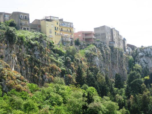 hier kann man sehen, wie die Städte gebaut sind - immer auf einem sehr hohen Felsen sind sie angeordnet, oft wie ein Schachbrett