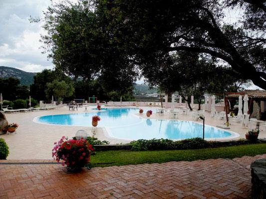 Und einen Swimming-Pool, gleich um die Ecke