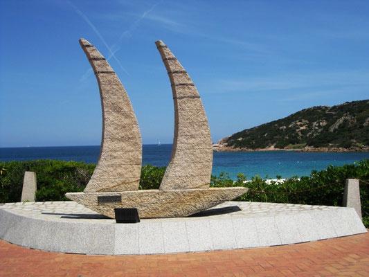 Das Wahrzeichen der Bucht Baia Sardinia - hier kommen Busse voll Menschen, lassen sich fotografieren und gehen wieder