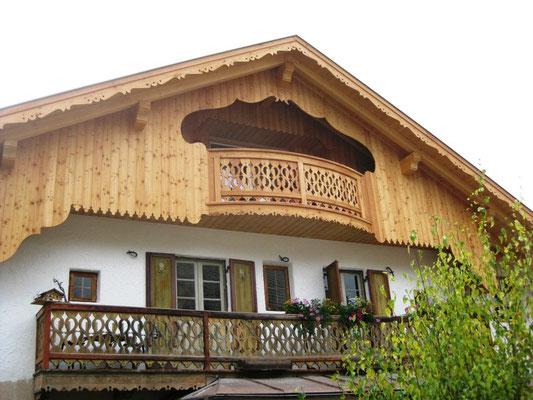Das renovierte Haus in St. Vigil hat einen ganz neuen Holzgiebel erhalten
