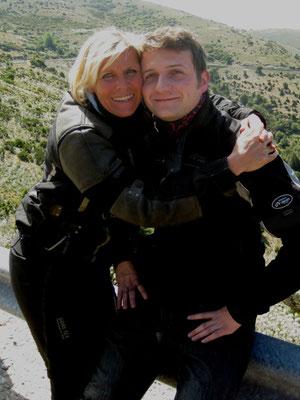 Die liebe Karin nimmt den lieben Lukas kurz mal in den Arm