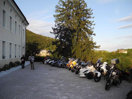 Wir parken hinter dem Hotel - eine stattliche Gruppe