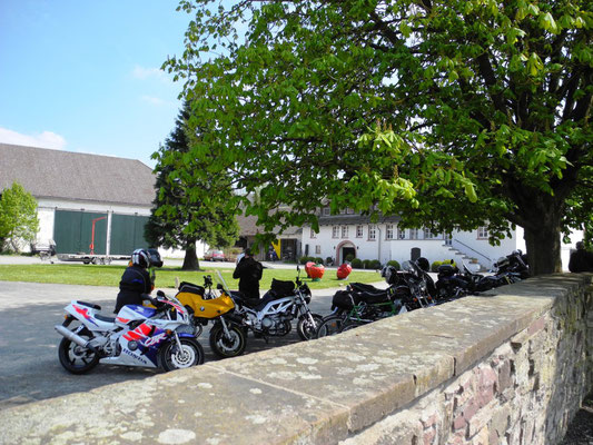Hinter der Mauer, gegenüber auf dem Parkplatz, überall die lästigen, lauten Motorradfahrer.