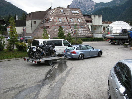 Zurück am Hotel laden wir die Bikes auf
