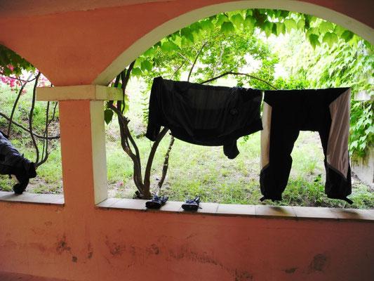 Die nassen Klamotten bleiben draußen, die kommen nicht mit ins Zimmer