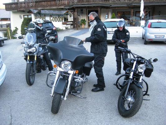 Die zwei Harley-Fahrer lockern uns morgens ein wenig auf