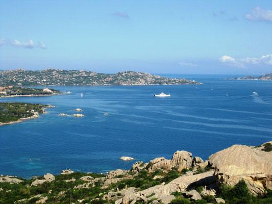 Der Blick zur kleinen Hafenstadt Palau (4000 Einw.)