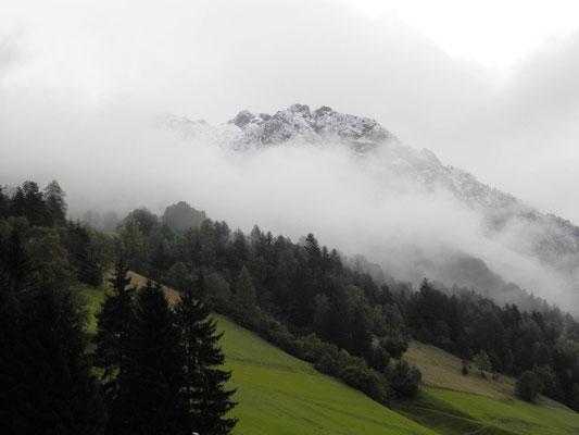 Dichter Nebel kriecht den Berg herauf