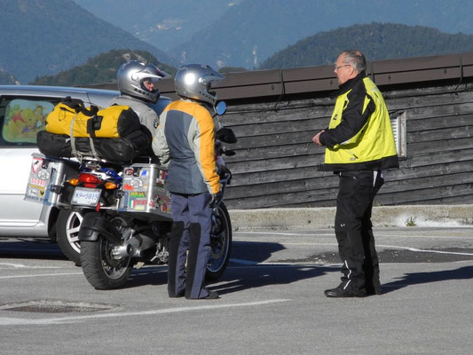 Rick, der Spyderfahrer, unterhält sich mit  zwei Motorradfahrern aus British Columbia