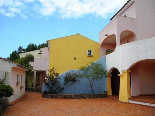 Es gibt einzelne Häuser, immer zweigeschossig, mit Zimmern unten und oben. Jedes Haus in anderer Farbe