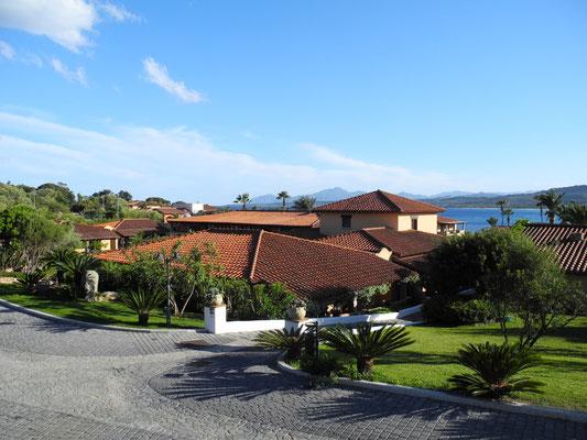 Der Blick von unserer Terrasse auf einen Teil des Hotels