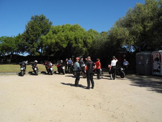 Auf dem Parkplatz entscheiden wir, dass wir zügig zum Künstlerdorf San Pantaleo