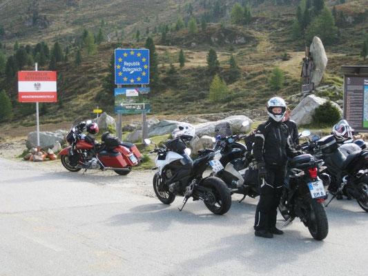 Drüben angekommen verabschieden wir uns von einem Motorradfahrer, der nach Hause fährt und fahren zu viert weiter