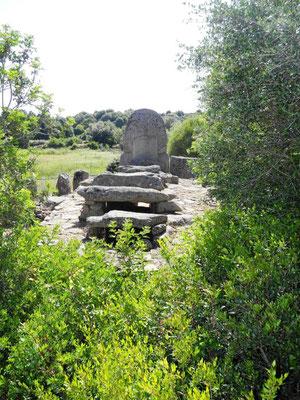 Hier zeigt sich das Grab auch noch einmal von hinten mit Portalstele