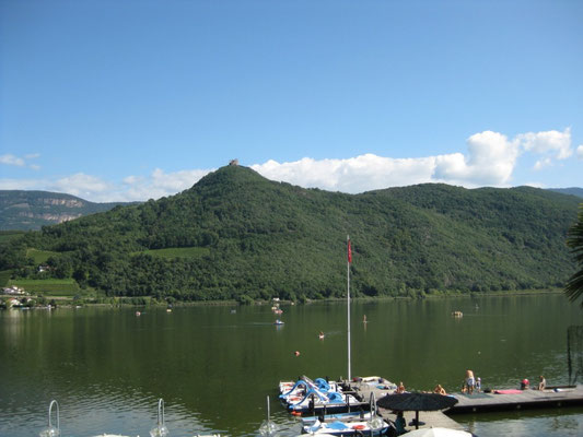 Und wirklich eine sehr schöne, nicht alltägliche Aussicht auf den See und die Berge