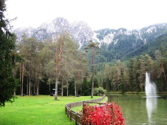 Der See am Campingplatz mit Fontäne