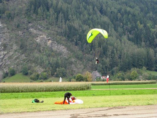 Im Tauferer Tal sind die Gleitschirmflieger los
