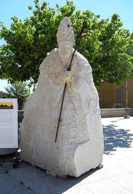 Gleich an unserem Parkplatz finden wir diese schöne Skulptur eines Bischofs oder sogar des Papstes?