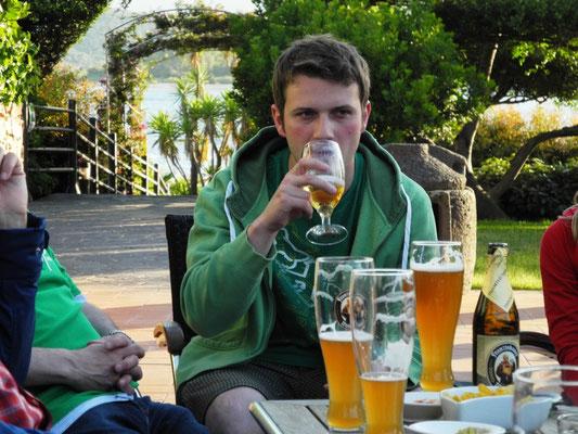 Lukas gefällt der erste Tag sehr gut und so probiert er mal ein Bier