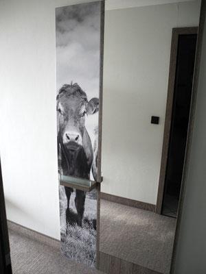 """Frau schaut in den Spiegel und Mann sagt: """"Huch, gleich zwei Kühe im Schlafzimmer"""""""