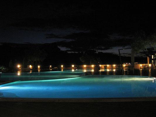 Nach dem Essen liegt auch der Pool satt im Mondlicht