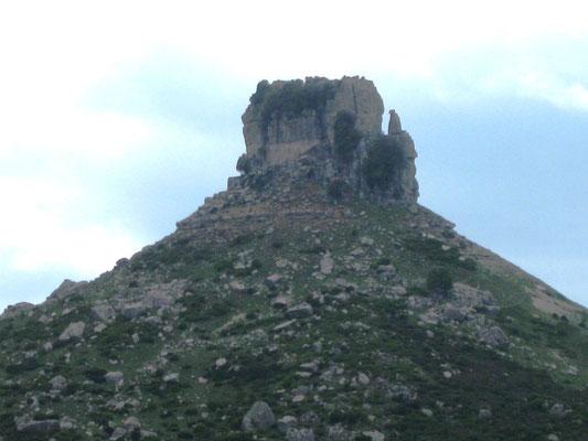 Die Nuraghe thront auf dem Felsen