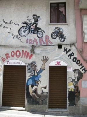 Da müssen wir doch schlucken - Die vielen Motorradfahrer, die durch die Stadt fahren, bekommen auch ihr Fett weg. LÄRMbelästigung ist nicht gewünscht.