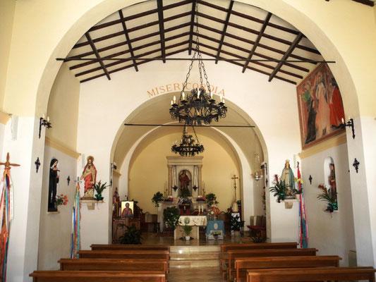 Ein Blick in die kleine Pfarrkirche - nicht zu prunkvoll und doch liebevoll ausgestattet