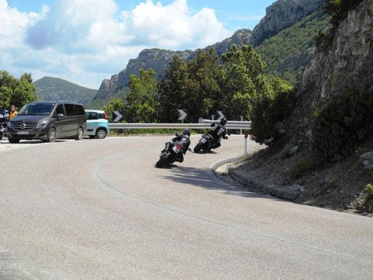 Bei einer Pause fahren einige Motorradfahrer an uns vorbei